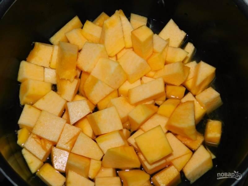 Тыкву нарежьте кубиками. Добавьте немного воды и доведите до кипения. Готовьте под крышкой 5-7 минут.