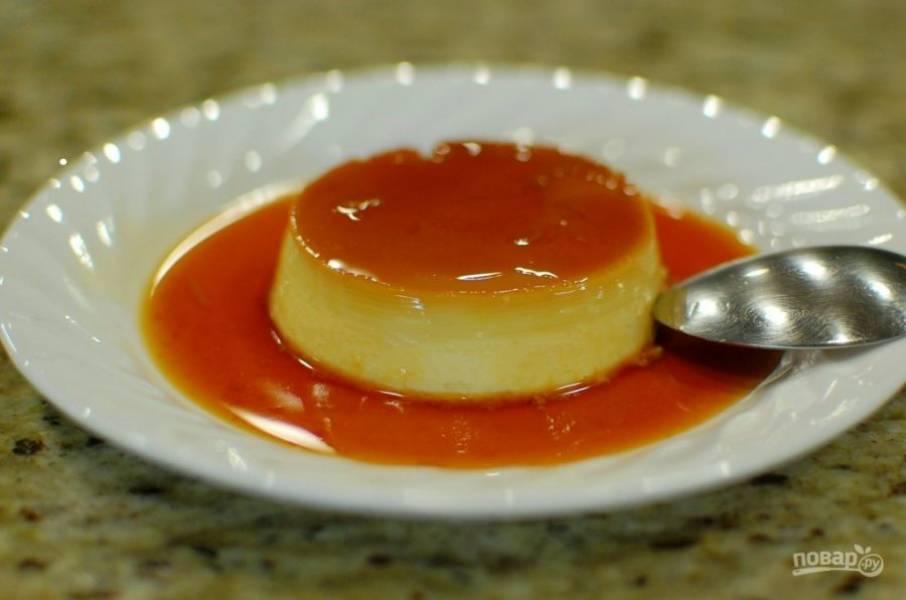 11.Достаньте формы из холодильника, острым ножом пройдитесь по краю и аккуратно переверните форму, десерт выпадет на тарелку. Приятного аппетита!
