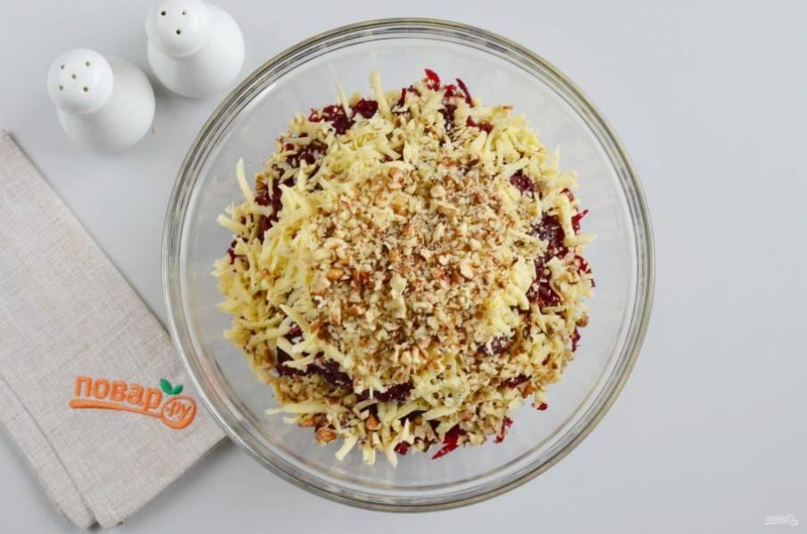 Грецкие орехи порубите ножом до мелкой крошки. Добавьте в салатник.