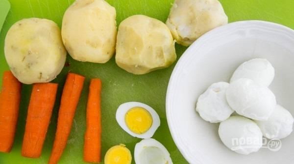2.Яйца отвариваю сразу в холодной воде, затем остужаю их и очищаю, отделяю желтки от белков.