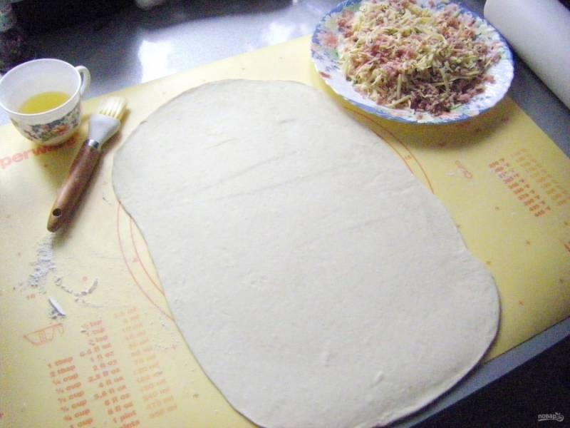 Тесто предварительно разморозим, слегка раскатаем его и каждый лист нарежем продольно на 4 полоски.