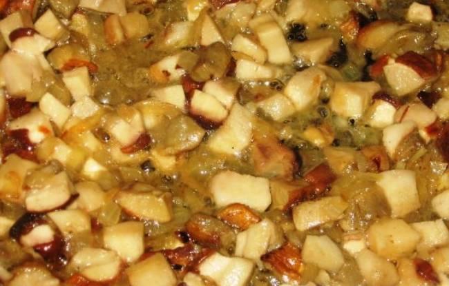 Измельченный лук обжариваем на растительном масле до мягкости, затем добавляем грибы, порезанные ломтиками. Готовим вместе 10 минут, помешивая. Соль и перец добавляйте по вкусу.