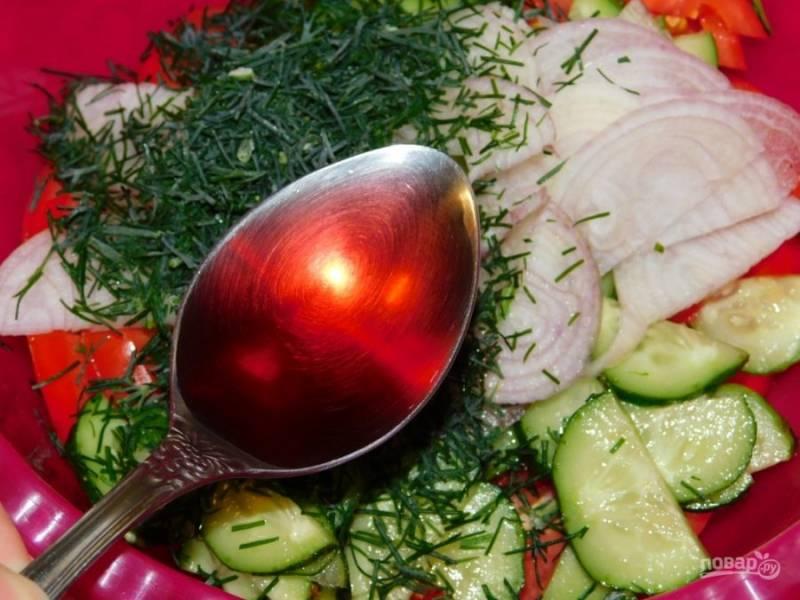 Добавьте лук, нарезанный полукольцами и укроп. Заправьте растительным маслом и виноградным уксусом. Соль и сахар по вкусу. Хорошо салат перемешайте и дайте постоять минут 30.
