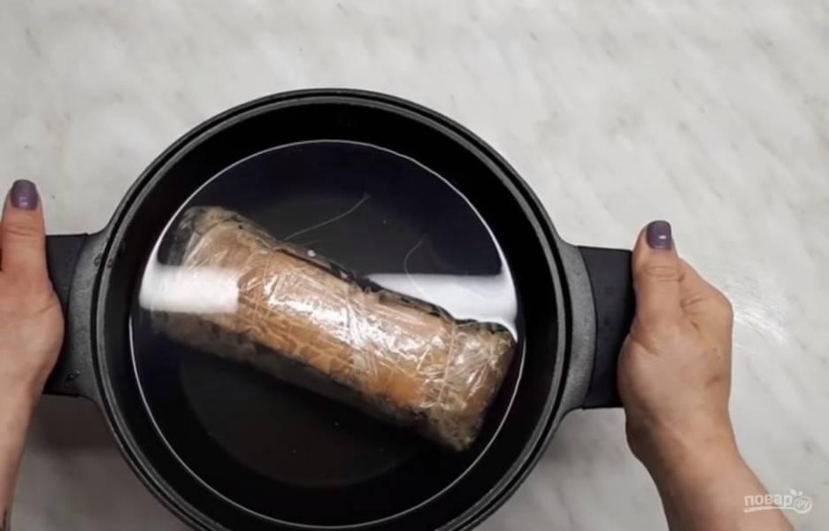 4. Положите сало в холодную воду, доведите до кипения и варите на небольшом огне 40 минут. Дайте салу остыть в воде, переложите в холодильник и оставьте в холоде на ночь. Закуска готова. Приятного аппетита!