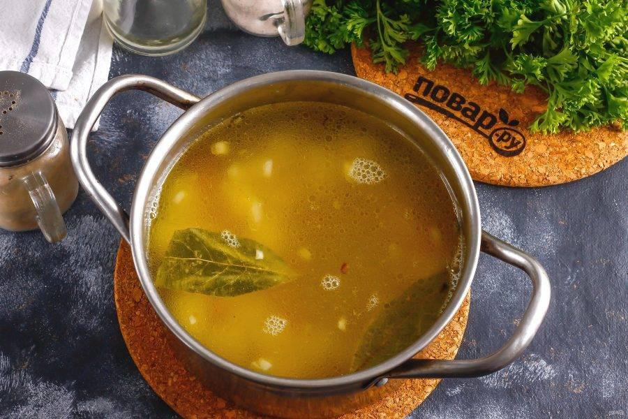 Влейте в емкость горячую воду, всыпьте соль и лавровые листья. Отварите овощи примерно 15 минут.