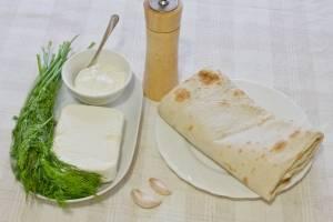 1. Для приготовления этой закуски нам понадобится несколько лавашей, творог, сметана, зелень  и чеснок.