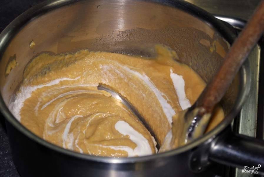 Затем добавьте в сотейник стакан воды, щепотку соли, уксус. Варите овощи, помешивая, пока вода не выпарится наполовину. Затем массу перетрите блендером, чтобы она стала однородной. Добавьте туда сливки, размешайте все и протрите через сито.