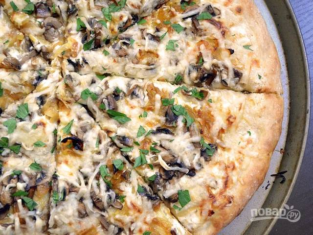 13.Готовую пиццу порежьте кусочками и подавайте к столу.