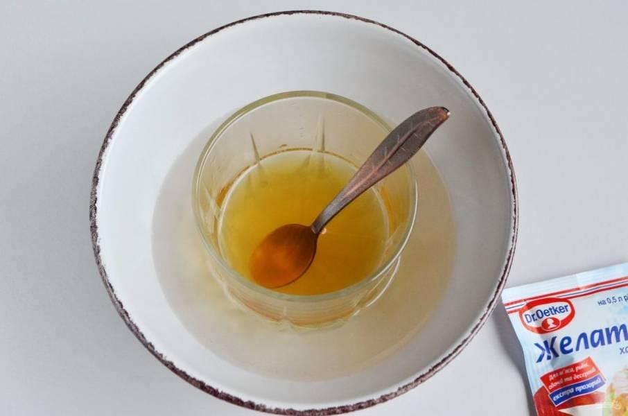 Отмерьте 70 мл виноградного сока. Подогрейте до 70-80 градусов и соедините с желатином. Поставьте на водяную баню на 10 минут. Перемешайте пару раз.