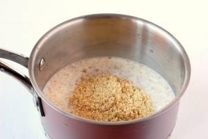 Кипятим молоко, добавляем орехи. Помешивая, готовим на медленном огне 5-7 минут, до загустения.
