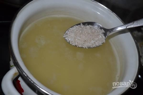 Рис необходимо хорошо промыть под проточной водой, а затем добавить в кастрюлю с картошкой.