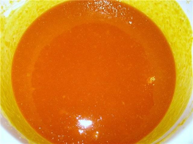 Сок с персиков влейте в глубокую кастрюлю, затем туда же добавьте тыкву. Тыкву варите до состояния мягкости и консистенции пюре. Затем добавьте персики и курагу, доведите до кипения и сразу же разлейте варенье по стерилизованным баночкам.