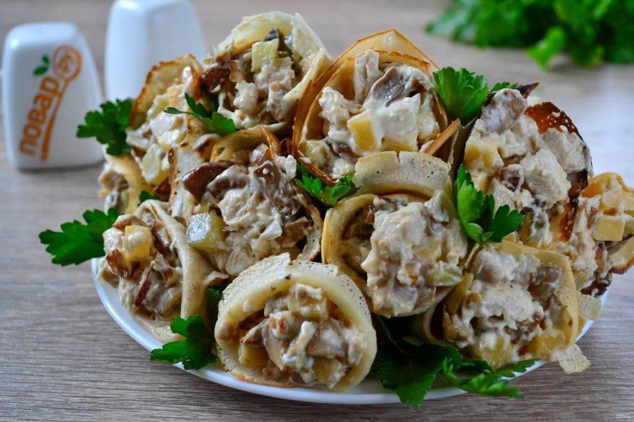 Наполните блинные кулечки салатом, выложите на тарелку и украсьте зеленью. Кушайте с удовольствием!