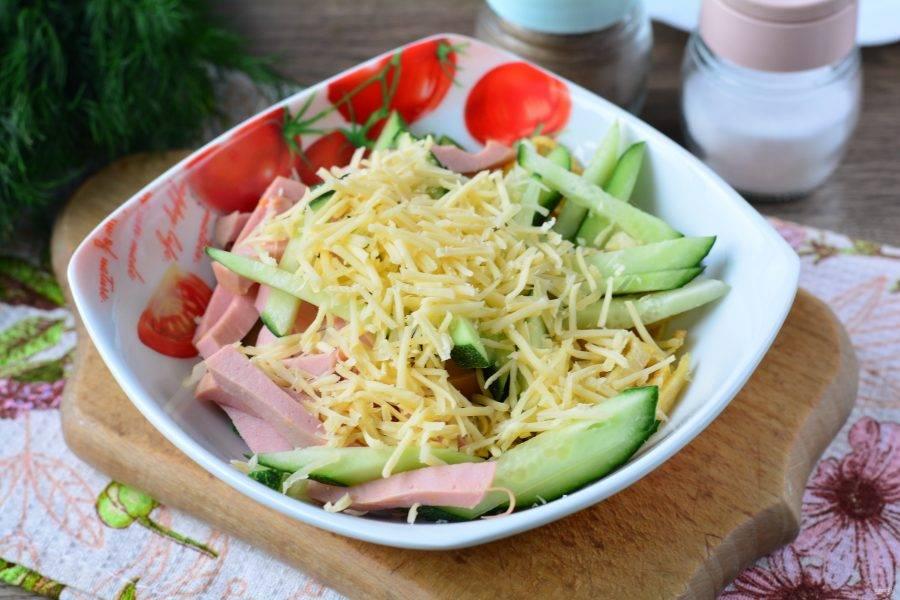 Добавьте в салат тертый сыр.