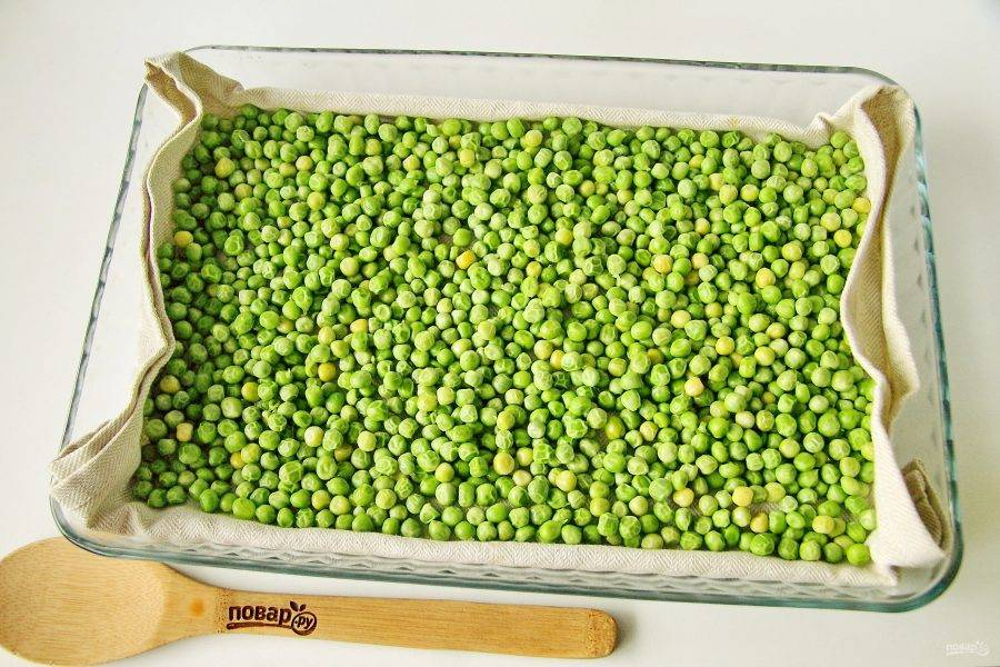 При помощи шумовки извлеките семена из воды,  разложите их ровным слоем на чистом полотенце и тщательно просушите. Замораживать лучше полностью сухой горошек, иначе он слипнется и превратится в большой ледяной комок.