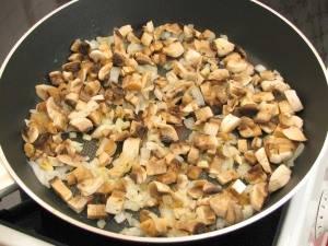 Затем добавить к луку грибы и пожарить минут 5. Посолить и поперчить.