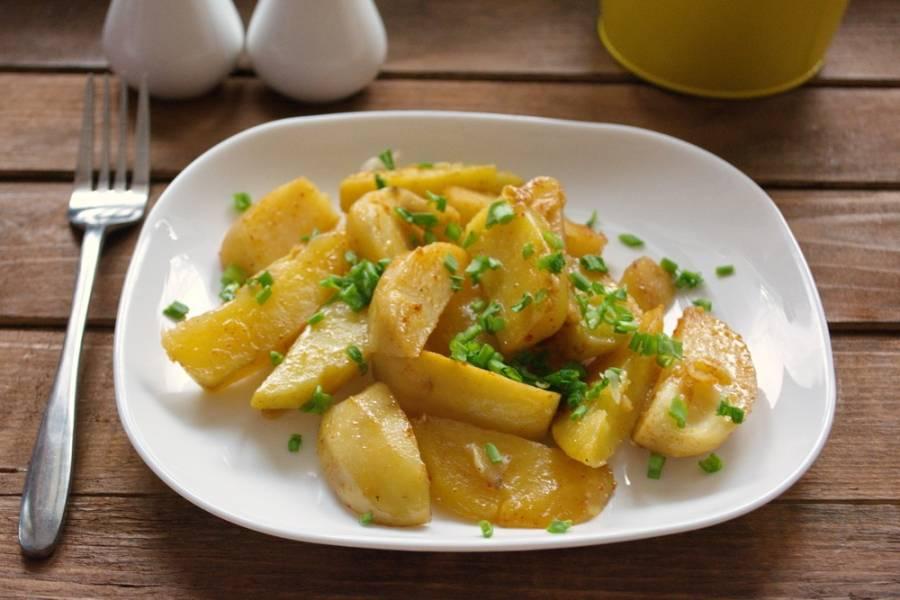 Из личного опыта скажу, что запекать такой картофель на бумаге для выпечки удобнее. К ней не липнет картофель и она не рвется. Подайте готовый картофель к столу.