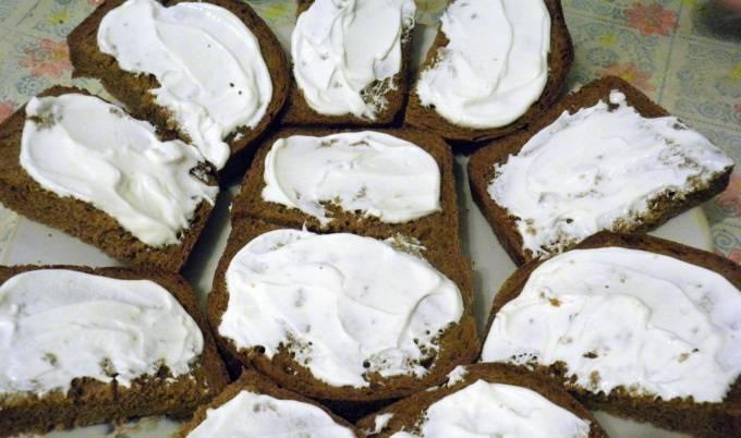 1. Хлеб нарезаем небольшими ломтиками. Можно при желании подсушить в духовке. Каждый ломтик смазываем сливочным сыром.