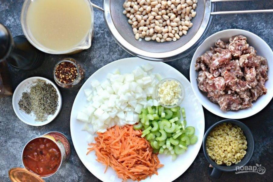 1. Нашинкуйте кубиками лук и сельдерей. Натрите на крупной тёрке морковь. Чеснок измельчите. С фасоли слейте воду.