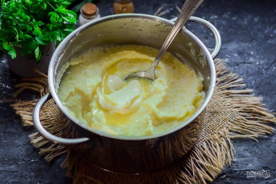 Добавьте в картофель сливочное масло, перемешайте и разложите картофель по тарелкам.
