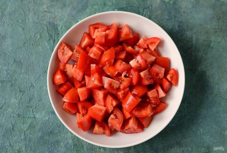 Помидоры помойте, удалите плодоножку, нарежьте кубиками. Пропустите помидоры через мясорубку.