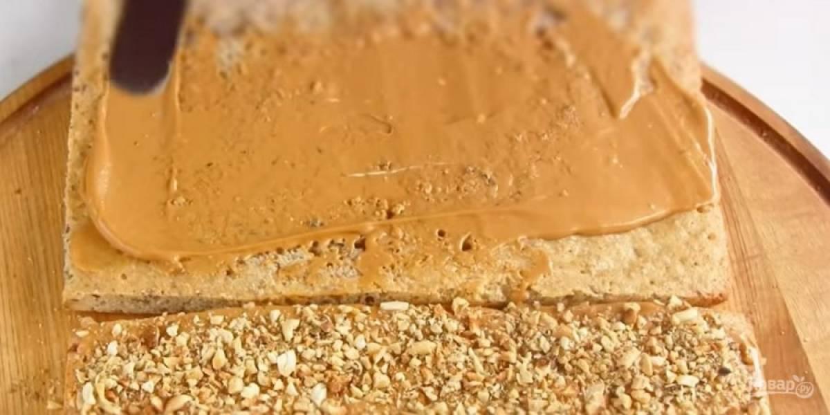 5. Смажьте один остывший корж кремом, сверху посыпьте рублеными орехами (арахис и грецкие орехи). Второй корж также слегка смажьте кремом и уложите сверху (кремом вниз).