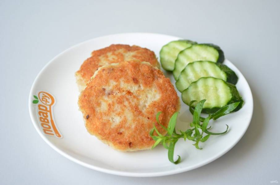 7. Подавайте котлеты с любимыми соусами и свежими овощами.
