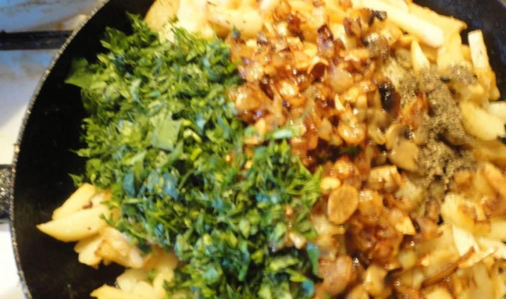 Грибы, лук, чеснок и зелень добавляем к картошке, хорошо перемешиваем и еще пару минут жарим.