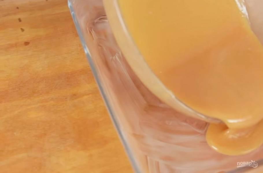3. Во время приготовления вынимайте и перемешивайте карамель каждую минуту. Затем вылейте карамель в смазанную сливочным маслом форму и дайте ей остыть, после чего отправьте в холодильник на несколько часов. Можете застелить форму пищевой пленкой.