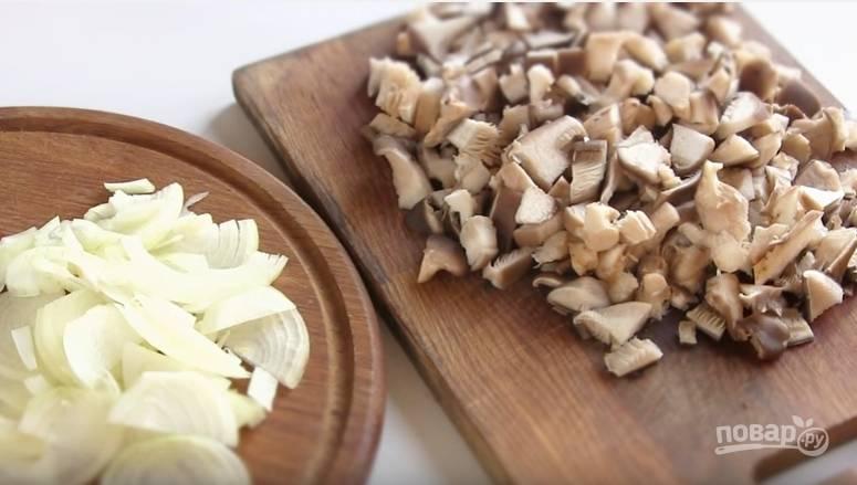 3. Лук нарежьте полукольцами, грибы —  пластинами. Поджарьте лук, затем добавьте грибы и доведите до готовности (чтобы жидкость испарилась. Поперчите и посолите зажарку.