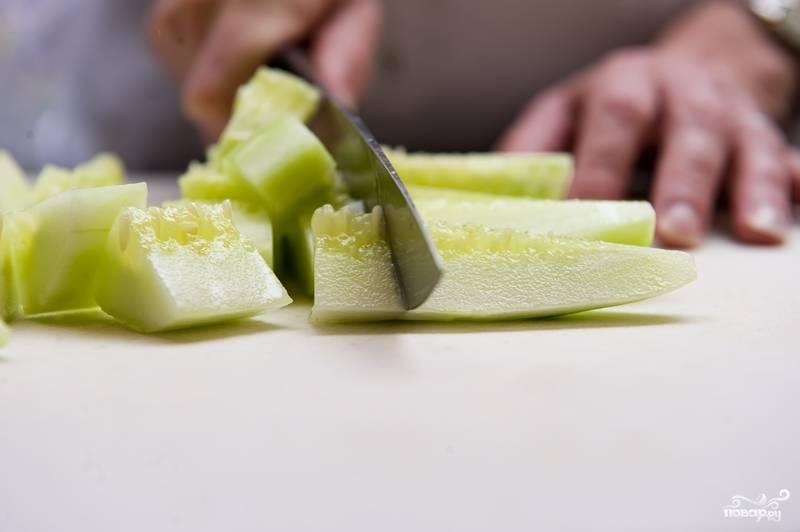 1. Огурцы промойте, очистите от кожицы и нарежьте.