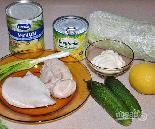 1. Рецепт этого салата я давно прочитала в одной кулинарной книге и с тех пор пекинская капуста с курицей и огурцом - наше любимое блюдо. Куриное филе нужно отварить заранее и охладить.