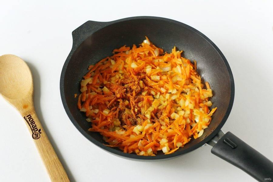 Обжарьте овощи до мягкости и добавьте карри. По желанию можно добавить любые другие специи по вкусу: имбирь, молотый перец, паприку и т.д.