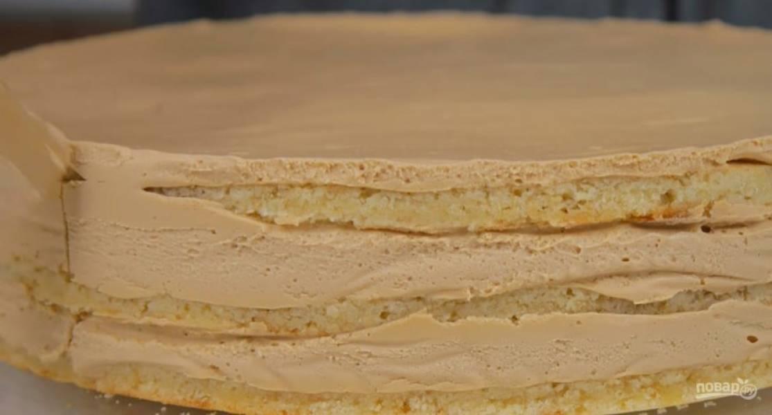 6. На третий корж нанесите немного крема, разровняйте и накройте торт пищевой пленкой. Поставьте в холодильник на 10-12 часов.  Снимите кольцо, удалите бумагу и выровняйте бока и верх торта оставшимся кремом.