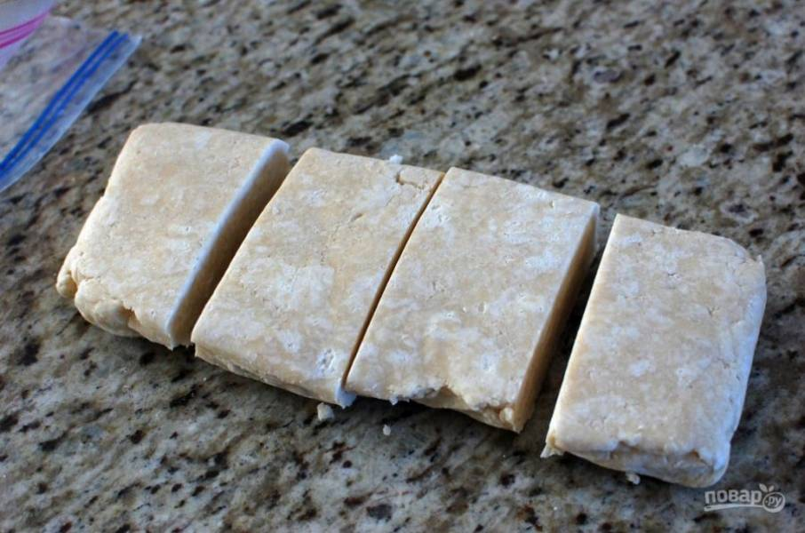 8.Разделите тесто на 4 части, 3 части положите опять в холодильник.