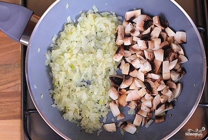 1.Лук мелко нашинкуйте и обжарьте до полуготовности, теперь добавьте мелко нарезанные шампиньоны. Продолжайте обжаривать лук с грибами до готовности. Периодически помешивайте.