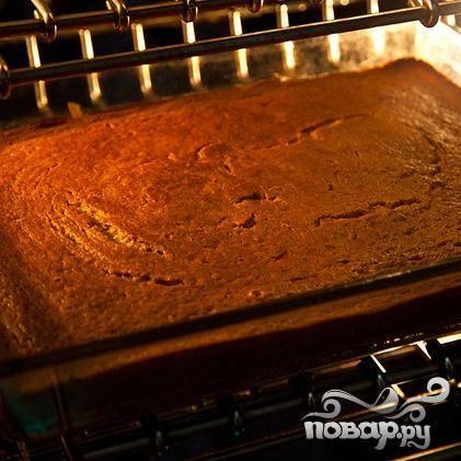 6. Запекать пудинг в разогретой духовке около 1 часа. Когда пудинг будет готов, выключить огонь и оставить пудинг в духовке.