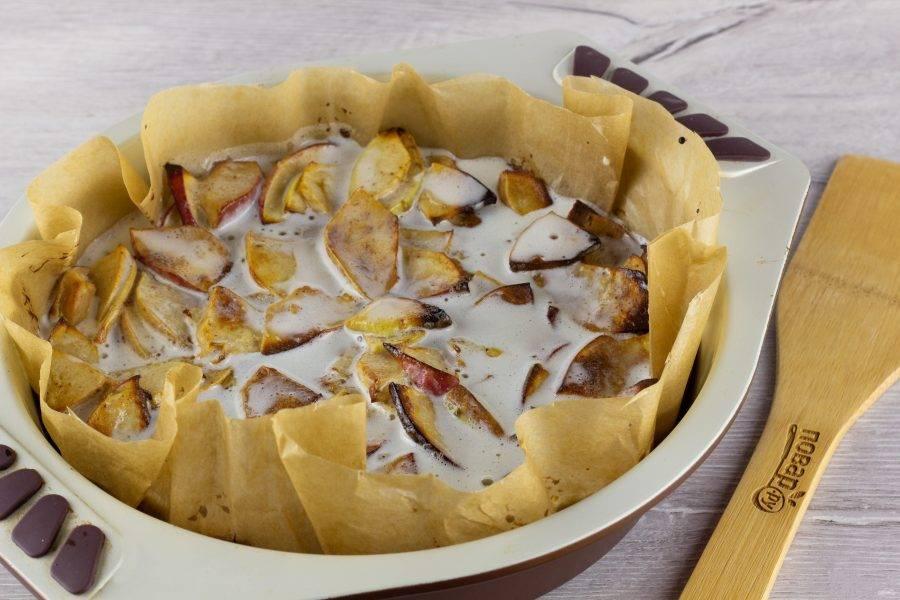 Через 35-40 минут достаньте пирог из духовки и по всей поверхности ложкой полейте заливкой. Поставьте ещё на 10-15 минут в духовку, чтобы заливка схватилась корочкой.