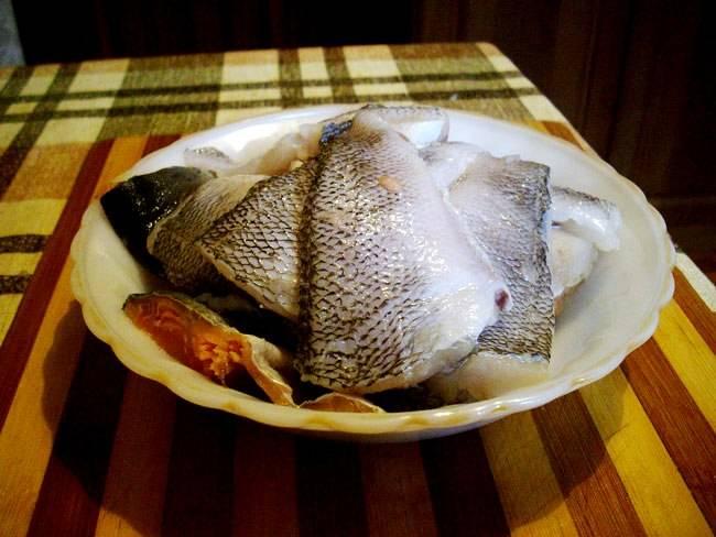 Пока тесто поднимается, мы вполне успеваем приготовить начинку. Итак, очищаем рыбу от внутренностей, чешуи, головы, плавников и костей, тщательно промываем.