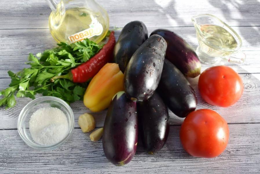 Овощи вымойте. Чеснок очистите, у баклажан и перца удалите плодоножки.