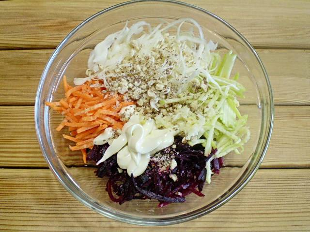 6. Соединяем компоненты салата. Добавляем чеснок измельченный, орехи, соль, майонез.