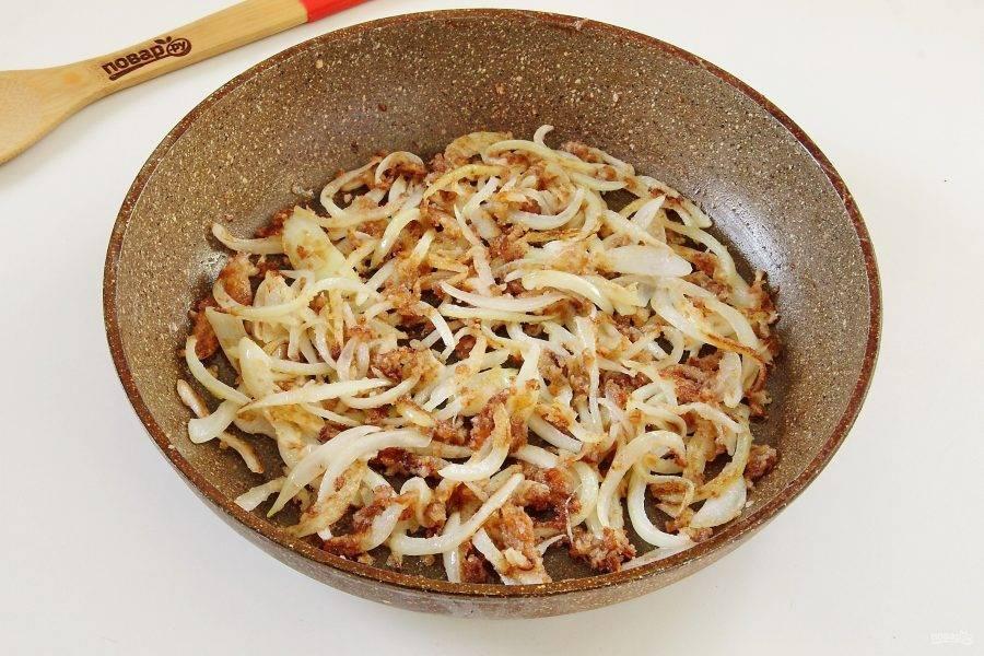 Добавьте сахар и соевый соус. По желанию добавьте перец и соль по вкусу. Постоянно помешивая, готовьте лук еще 2-3 минуты.
