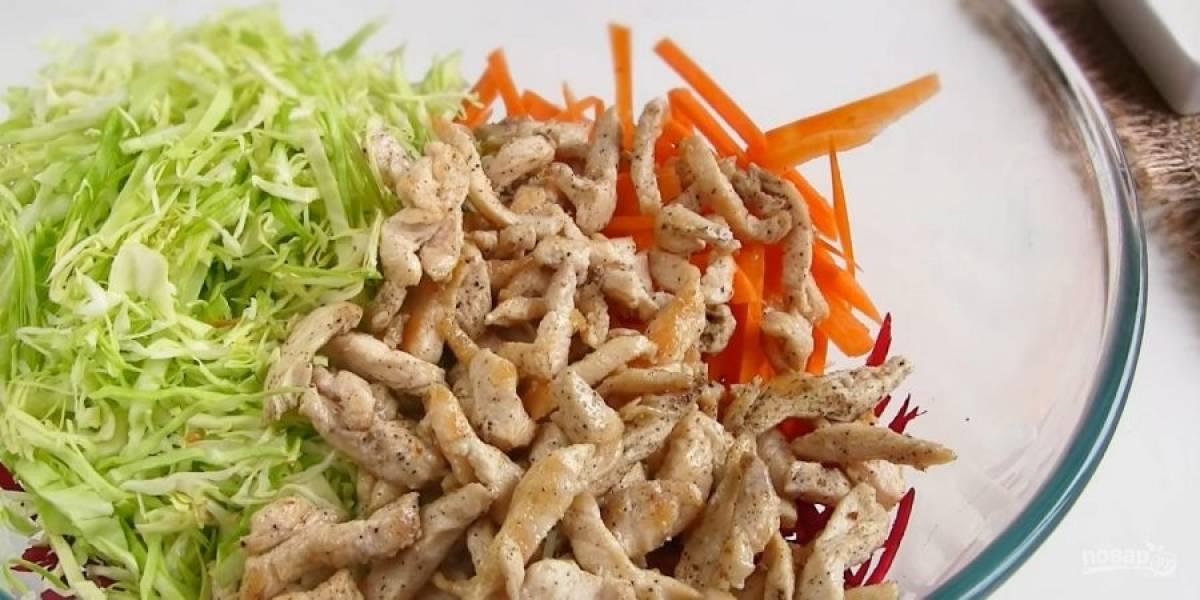3. Куриное филе нарежьте тонкой соломкой и обжарьте на подсолнечном масле до готовности. Посолите и приправьте специями по вкусу. Все ингредиенты выложите в миску.