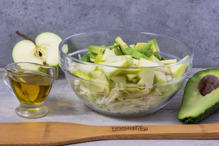 Добавьте кусочки авокадо без кожуры.
