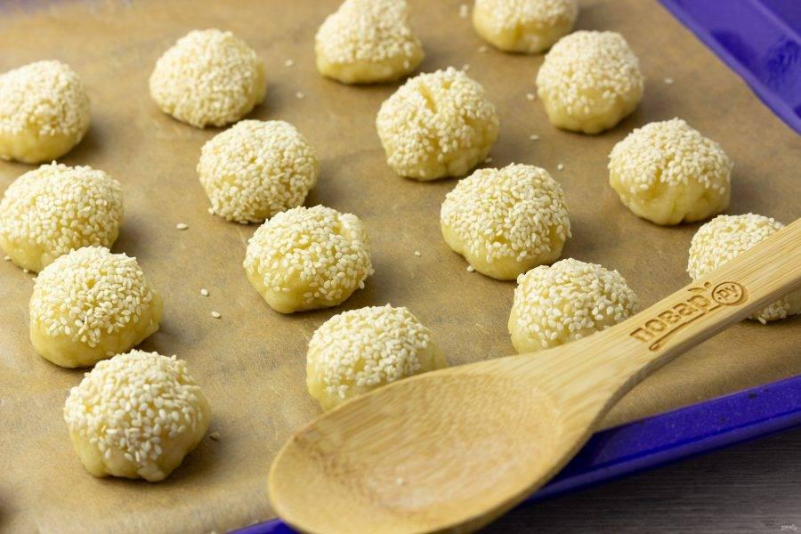 Выложите печенье на противень, застеленный пекарской бумагой и поставьте в разогретую до 180 градусов духовку на 15-20 минут, до легкой румяности.