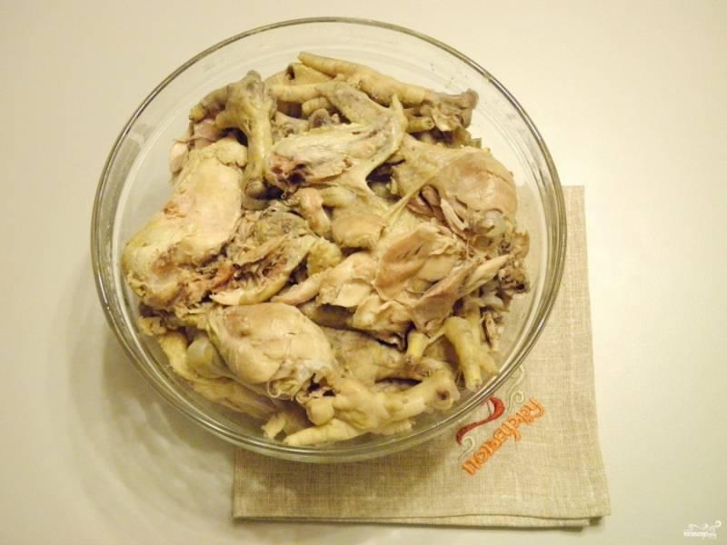 Осторожно шумовкой достаньте мясо, отделите его от костей. Будьте внимательны, чтобы косточки не попали в готовое блюдо.