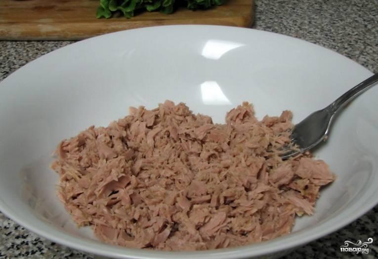1. Рыбу достаем, немного отцедим от сока и разминаем вилочкой прямо в салатнице.