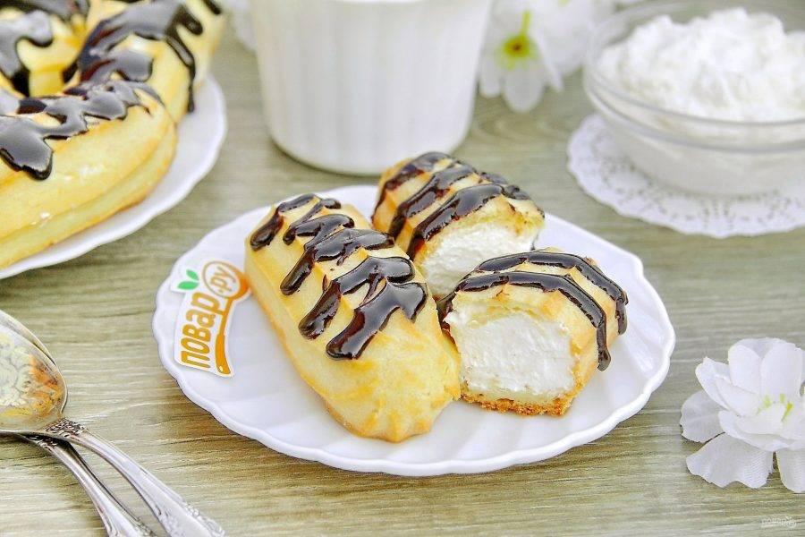11. Перед подачей украсьте эклеры по своему вкусу. Можно посыпать их сахарной пудрой или полить растопленным шоколадом. Приятного аппетита!