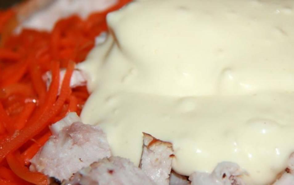 Перекладываем курицу и майонез с чесноком в салатницу.