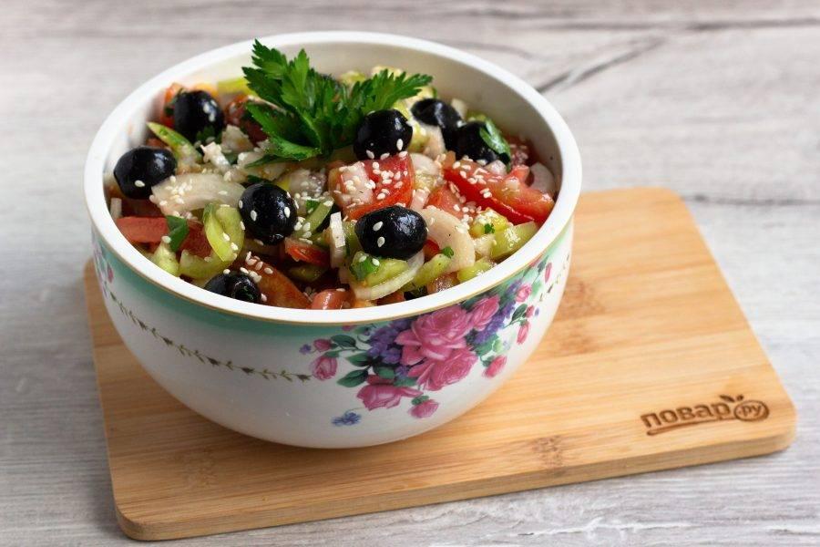 Заправьте салат. При необходимости ещё немного посолите и дайте ему настояться 10-15 минут.